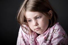 Niño joven que parece triste imagenes de archivo