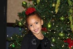 Niño joven que presenta para el retrato del día de fiesta de la Navidad Fotos de archivo libres de regalías
