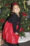 Niño joven que presenta para el retrato del día de fiesta de la Navidad Foto de archivo