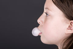 Niño joven que sopla una burbuja con la goma Imágenes de archivo libres de regalías