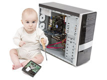 Niño joven que trabaja en el ordenador abierto fotografía de archivo