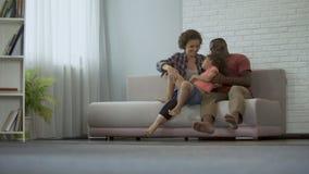 Niño juguetón alegre que corre hacia sus padres, paternidad consciente almacen de metraje de vídeo