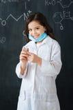 Niño juguetón que disfruta de la lección de la medicina en la escuela Imágenes de archivo libres de regalías