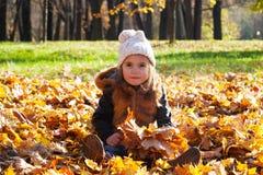 Niño la muchacha en un casquillo blanco Fotografía de archivo libre de regalías