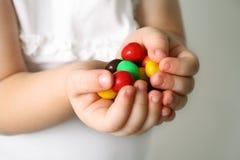 Niño las manos los caramelos Fotografía de archivo libre de regalías