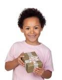 Niño latino feliz con un regalo de oro Imágenes de archivo libres de regalías
