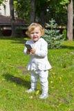 Niño lindo con celular en verano imagen de archivo
