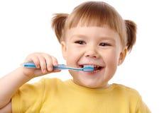Niño lindo con el cepillo de dientes fotos de archivo libres de regalías