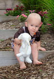 Niño lindo con el cordero relleno Fotos de archivo