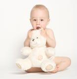 Niño lindo con el oso del peluche Fotos de archivo