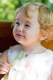 Niño lindo con el pelo rubio rizado fotos de archivo