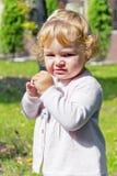 Niño lindo con el pelo rubio rizado imagen de archivo libre de regalías
