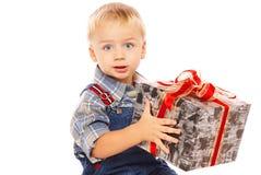 Niño lindo con el regalo en manos imagenes de archivo