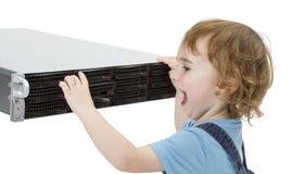 Niño lindo con el servidor de red imagen de archivo
