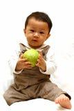 Niño lindo con la guayaba Imágenes de archivo libres de regalías