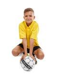 Niño lindo con un balón de fútbol aislado en un fondo blanco Fútbol de la escuela Equipo de deportes El Active se divierte concep Fotografía de archivo libre de regalías