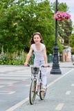 Niño lindo en casco de seguridad biking al aire libre Niña en una actividad preescolar sana del verano de los niños de la bicicle Imágenes de archivo libres de regalías