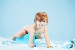 Niño lindo en chait insignificante fotos de archivo