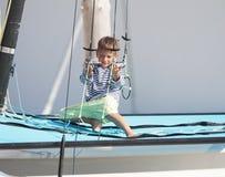 Niño lindo en el catamarán/el yate del mar Foto de archivo libre de regalías