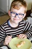 Niño lindo en el desayuno fotos de archivo libres de regalías