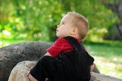 Niño lindo en el patio Imagenes de archivo