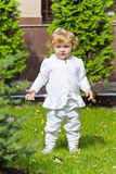 Niño lindo en hierba verde imágenes de archivo libres de regalías