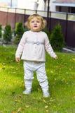Niño lindo en hierba verde imagenes de archivo