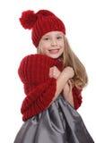 Niño lindo en los accesorios del invierno que tiemblan en el frío Imagenes de archivo