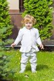 Niño lindo en parque verde Fotografía de archivo