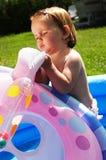 Niño lindo en piscina azul Foto de archivo libre de regalías