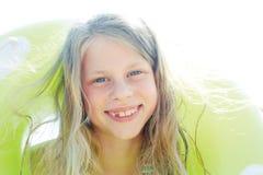 Niño lindo feliz con el anillo inflable el vacaciones de verano Foto de archivo libre de regalías