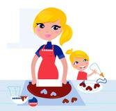 Niño lindo que ayuda a su madre con la hornada Foto de archivo