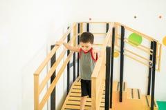 Niño lindo que camina abajo de una rampa Foto de archivo libre de regalías