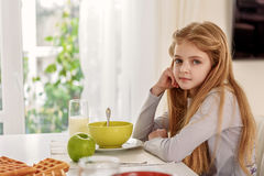 Niño lindo que come el desayuno en casa Fotos de archivo libres de regalías