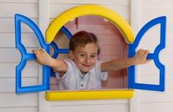 Niño lindo que juega en casa del juguete Fotos de archivo