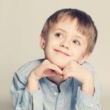 Niño lindo que mira para arriba Imagen de archivo libre de regalías