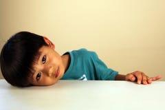 Niño lindo que parece triste fotos de archivo