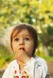 Niño lindo que piensa en el parque en el día de verano Imagen de archivo libre de regalías