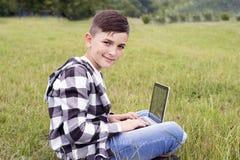 Niño lindo que presenta al aire libre Fotografía de archivo
