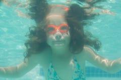 Niño lindo que presenta bajo el agua en piscina Imagen de archivo libre de regalías