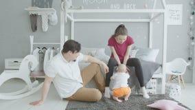 Niño lindo que se levanta de la alfombra en casa almacen de video