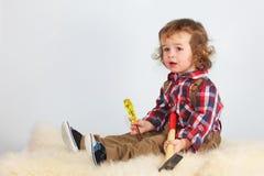 Niño lindo que sostiene el hummer, tiro del estudio imagen de archivo