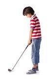 Niño listo para golpear la pelota de golf con el club Fotos de archivo