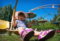 Niño mareado en la diversión en el parque imagen de archivo
