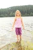 Niño - muchacha en un lago Fotografía de archivo libre de regalías