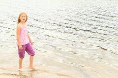 Niño - muchacha en un lago Fotos de archivo