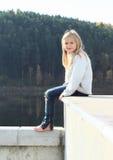 Niño - muchacha que se sienta en el tejado Fotografía de archivo libre de regalías