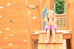 Niño - muchacha que se sienta en las escaleras Foto de archivo libre de regalías