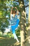 Niño - muchacha que sube en árbol fotografía de archivo