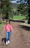 Niño (muchacha) que va de excursión en las montañas Foto de archivo